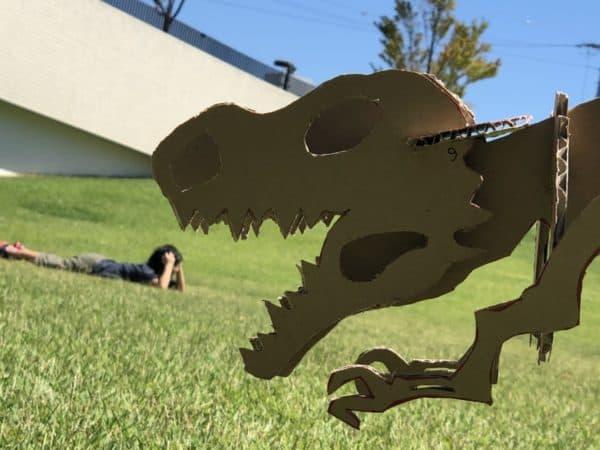 恐竜に食べられそうな少年
