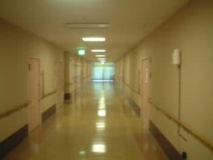 廊下での除菌剤噴霧
