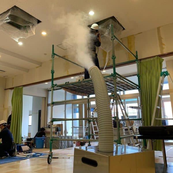 カビ取り施工中に噴霧